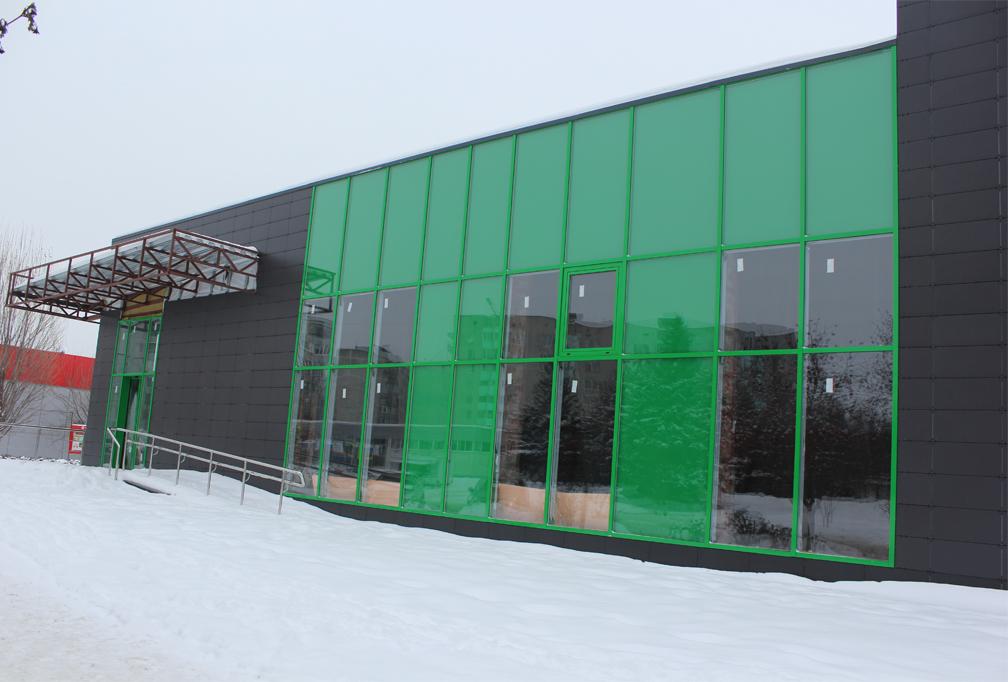 Витраж и входная группа магазина в г. Курчатов из алюминиевой стоечно-ригельной системы F50 с декорирование витражной пленкой Orakal. Стеклопакеты закаленные.